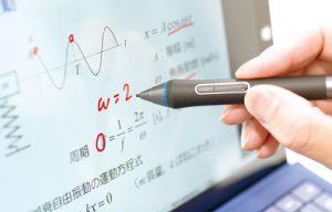 ノートパソコンにタッチペンで書き込みをしている写真。